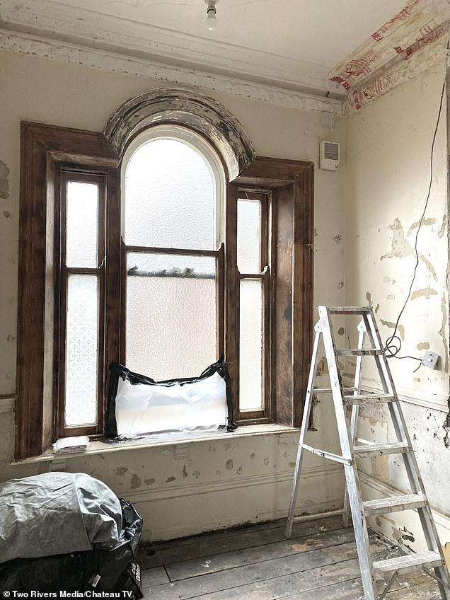 Kate and Erik called on Dick and Angel to help fix a sash window on the spacious landing