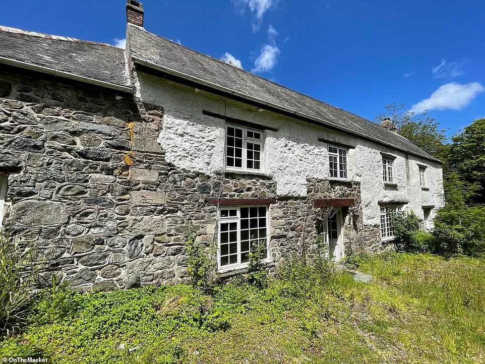 The property is believed to date back to the sixteenth century, and is 1.5 miles away from the village of St Keverne, near the town of Helston